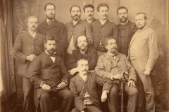 Marcel Legay au milieu d'un groupe non-identifié, 1886.