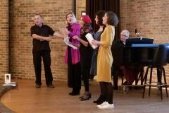 """Yves, Elizabeth, Françoise, Mylène et Maryline chantent """"Nini Peau d'Chien"""" de Bruant. Jean-Claude Orfali est au piano."""