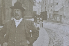 Marcel Legay marchant dans la rue, n.d.
