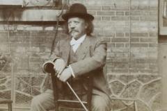 Marcel Legay assis, avec sa canne, n.d.