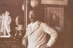 Marcel Legay posant à côté de sa statuette, n.d.
