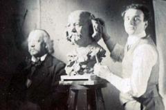 Marcel Legay pose pour son buste dans l'atelier du sculpteur Daniel Bacqué